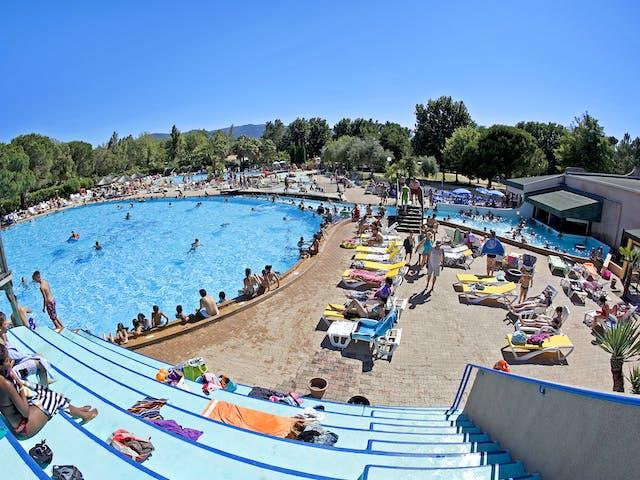 tribune met zwembad