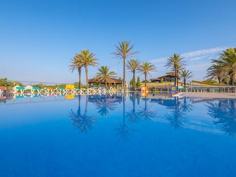 Zwembad met palmbomen Castell mar
