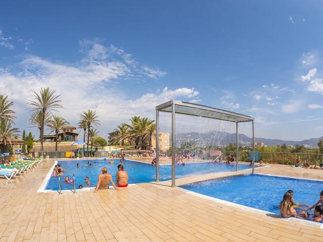 Zwembad met ligbedden Castell mar