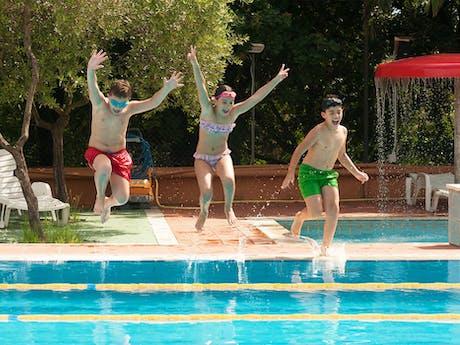 Zwemmende kinderen Real Village