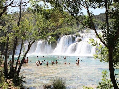 zwemmen in meer kroatie