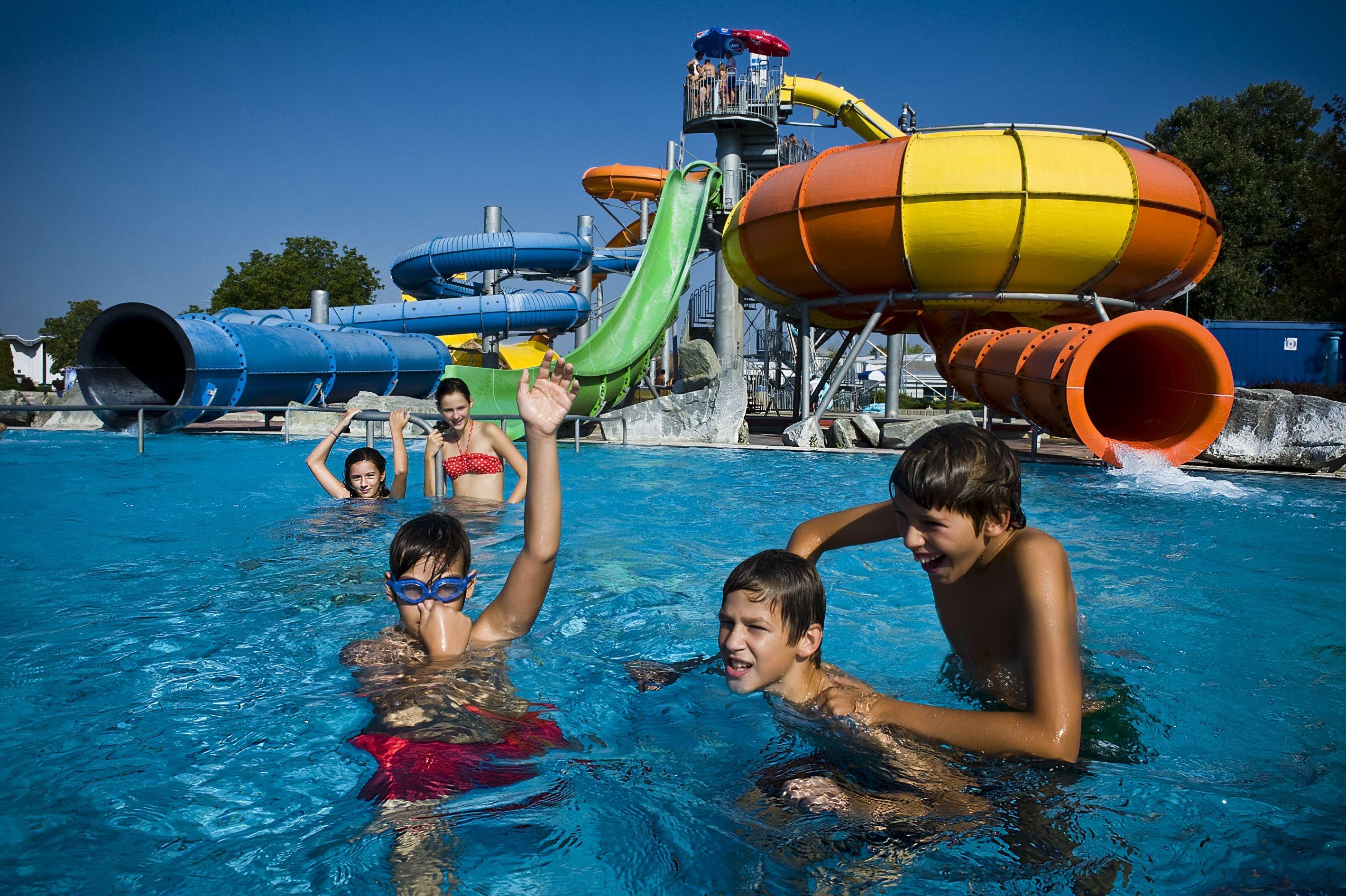 kinderen spelen in zwembad terme catez