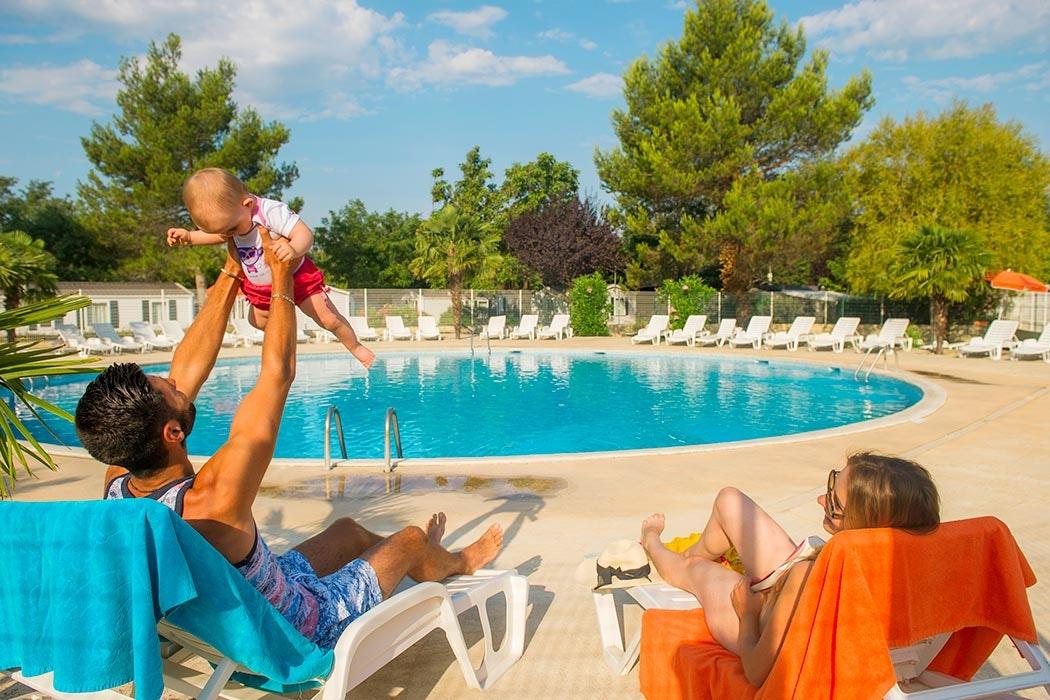 Plezier met baby aan zwembad