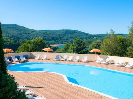 Zwembad met uitzicht camping Rieumontagné