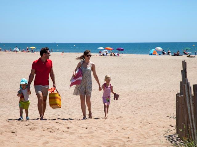 Familie op strand Serignan Plage