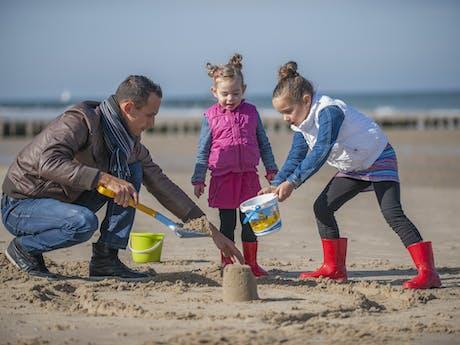 Zandkasteel bouwen op strand Hof Domburg