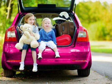 Roze auto met kinderen