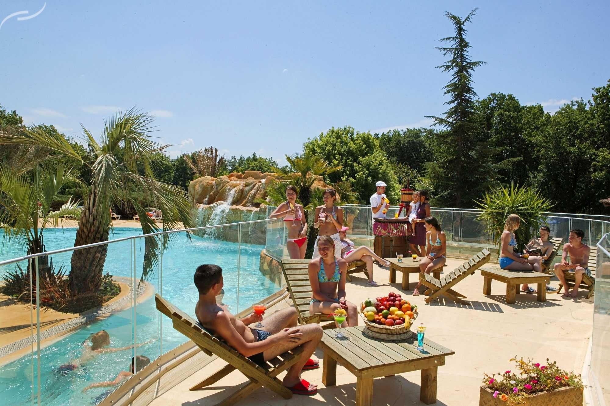Terras bij zwembad L'Evasion
