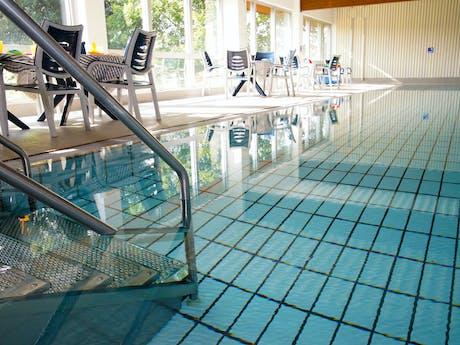 Binnenzwembad Knaus camping Hennesee