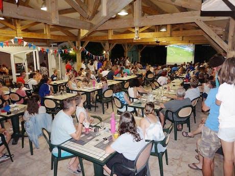 Voetbal kijken bij restaurant Sanguinet Plage
