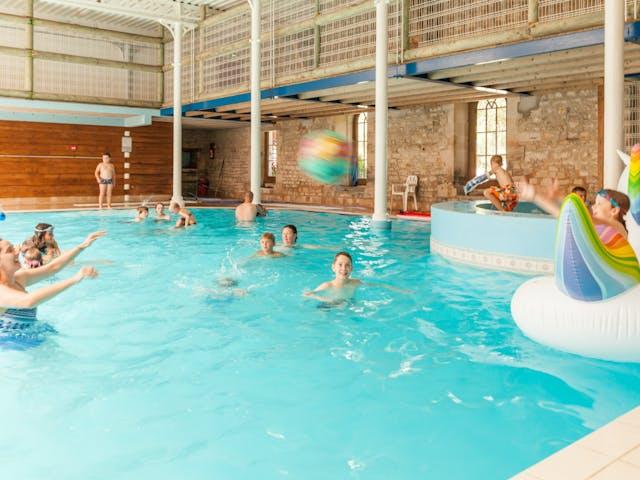 Spelen in zwembad La Forge de Ste. Marie