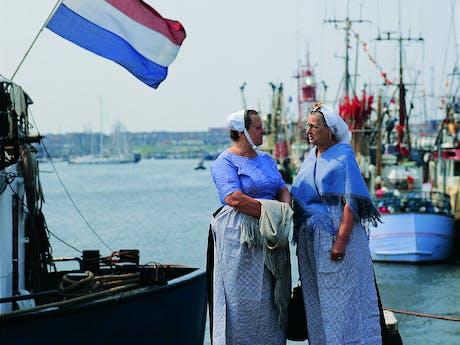 IJsselmeer dames in klederdracht