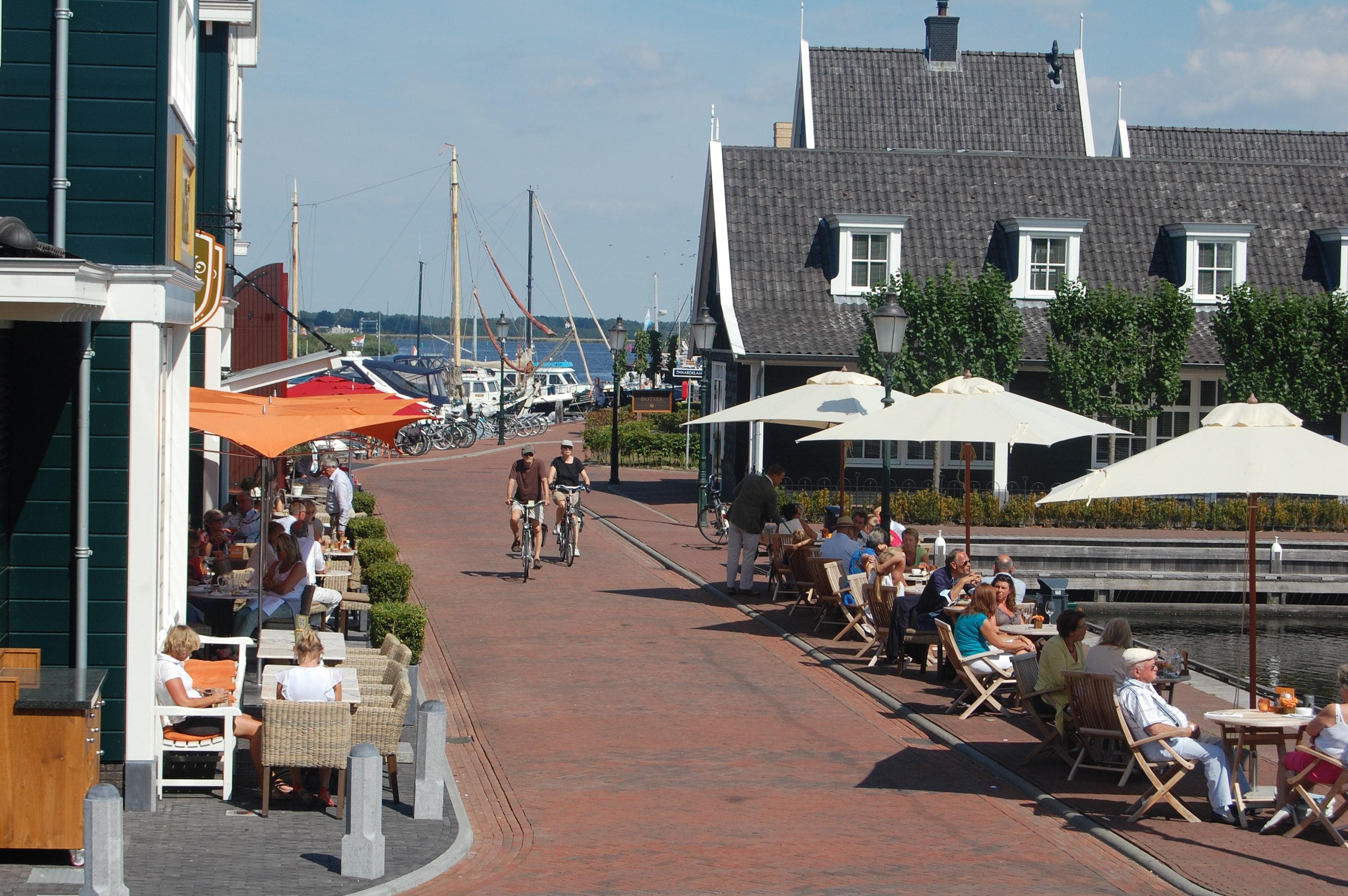 IJsselmeer terrasje aan het water