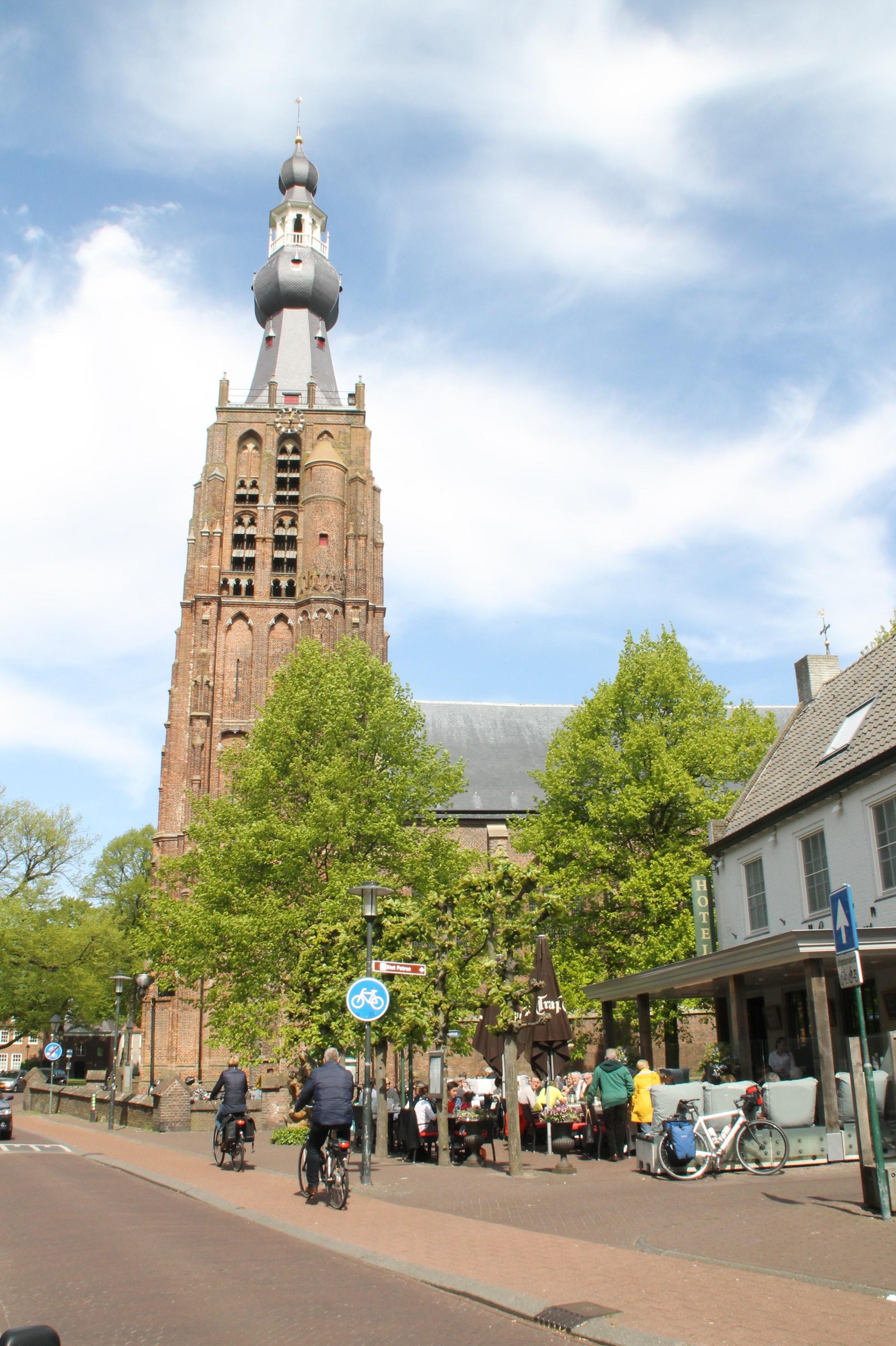 Trappisten terrasje bij de kerk