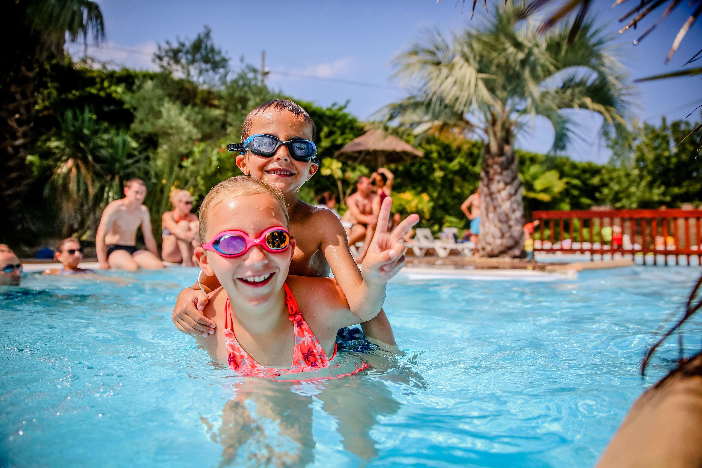 Kinderen in zwembad - sfeer