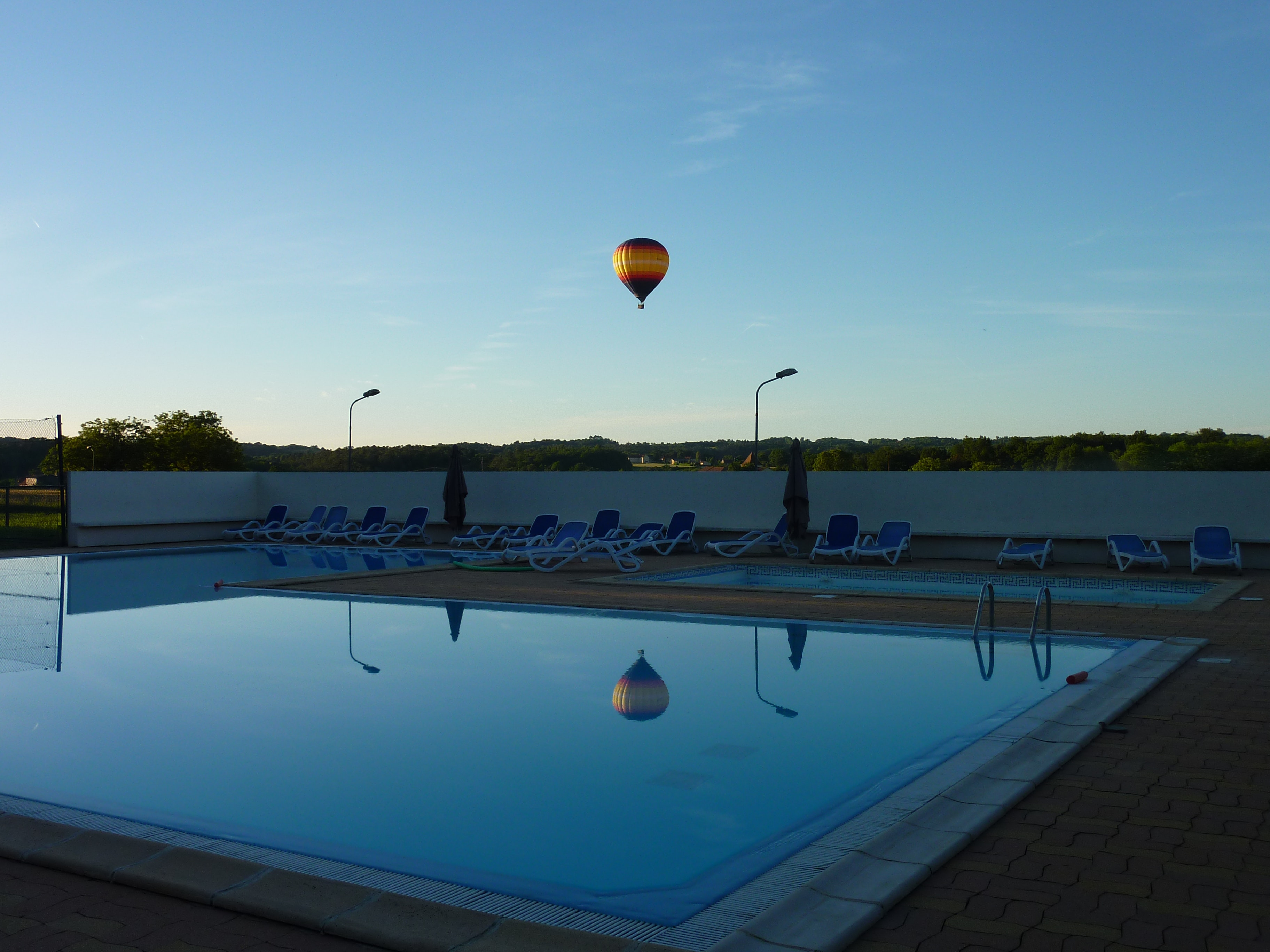 Camping de Maillac zwembad avond