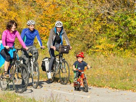 Safran fietsend gezin in Franrkijk