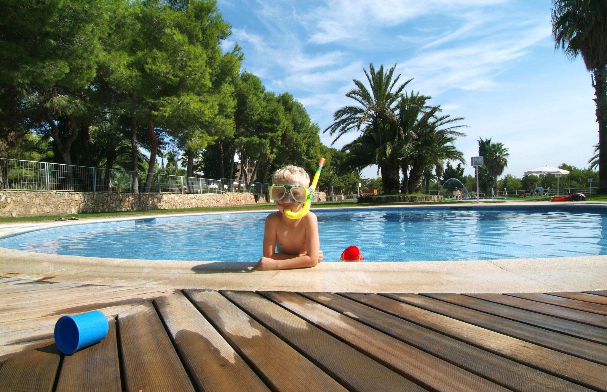 Kind aan zwembadrand Vilanova Park_edit