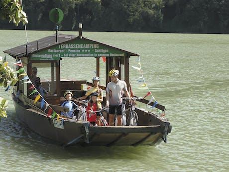 Familie fietsvakantie boot