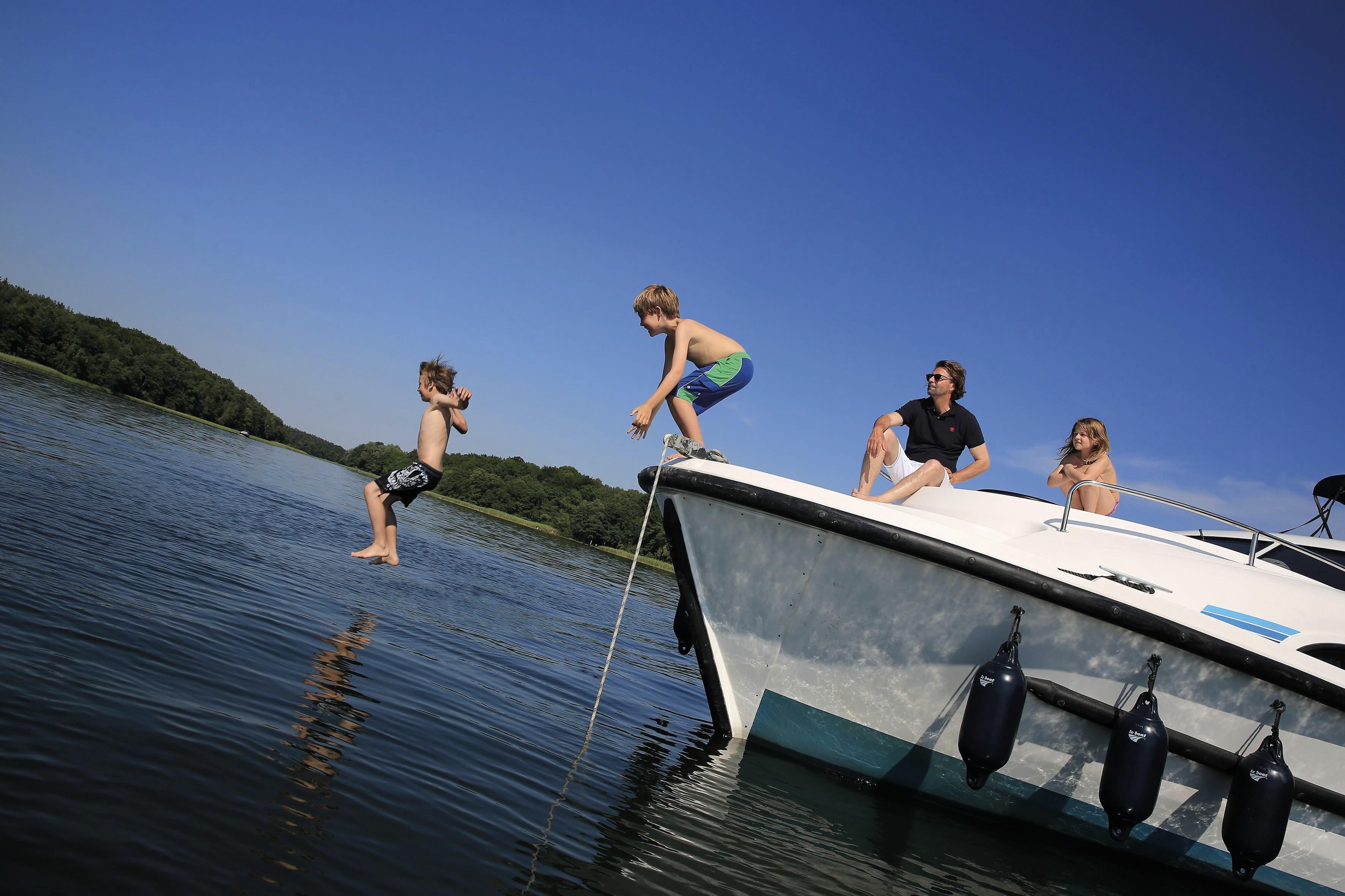 Varen met kinderen van boot