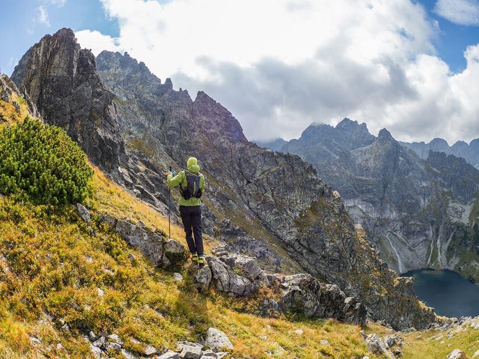 wandelen polen in de bergen