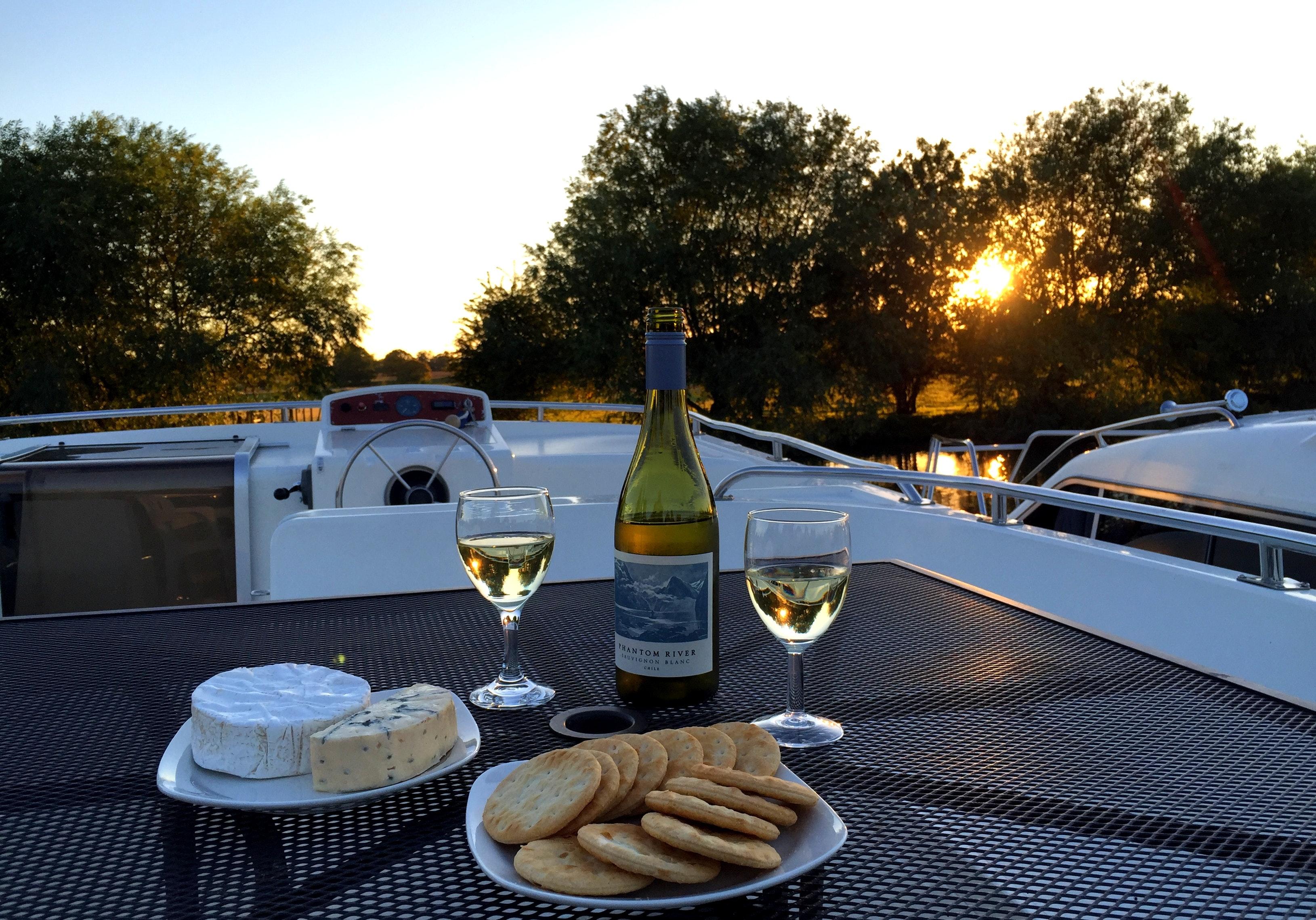 Wijn op boot varen le boat