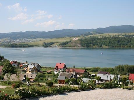 Polen dorp aan de rivier