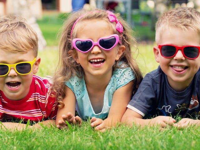 kinderen in het gras - sfeer