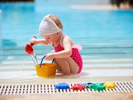 Meisje bij zwembad
