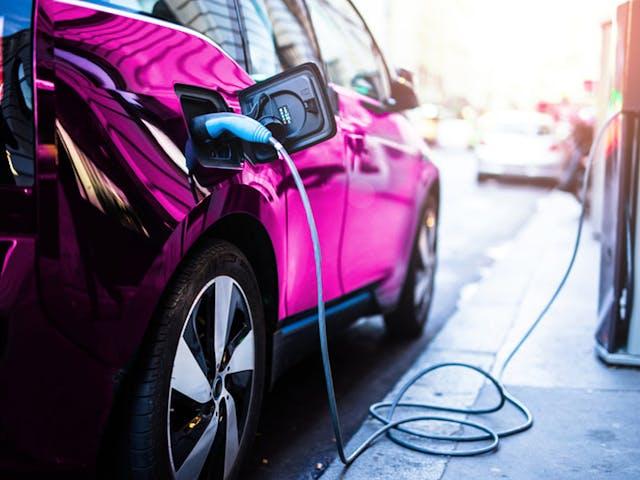 Elektrische auto oplaadpunt vakantie_roze
