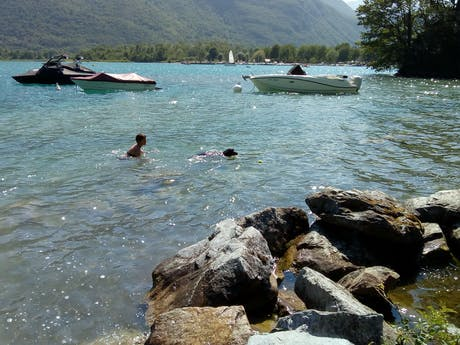 Zwemmen in het meer van Annecy