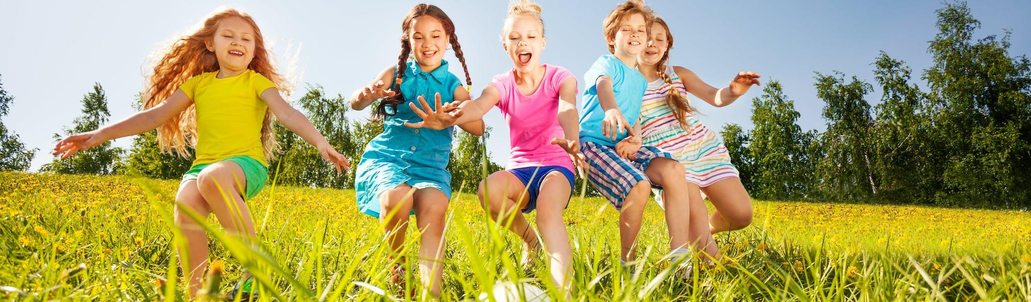 Stockfoto - voetballende kinderen
