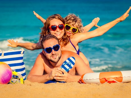 Stock familie op het strand