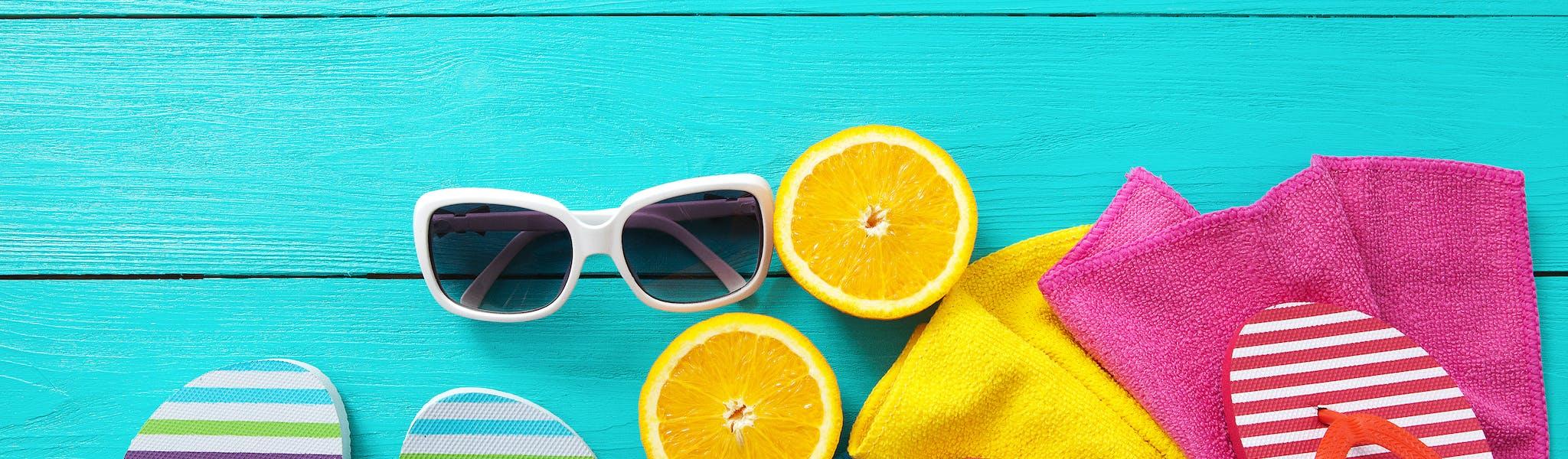 Stock - slippers en zonnebril