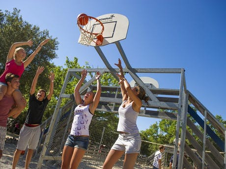 tieners sporten op de camping