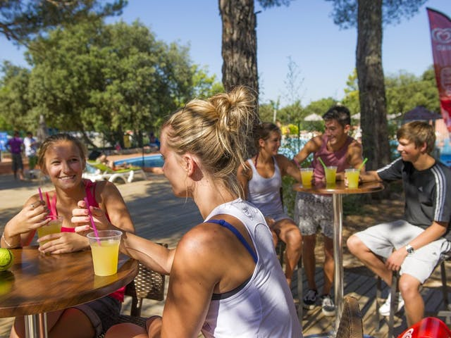 tieners op een terrasje op de camping