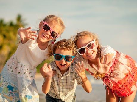 Zwaaiende kinderen  sfeer
