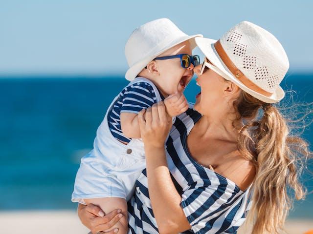 Moeder en kind aan zee - sfeer