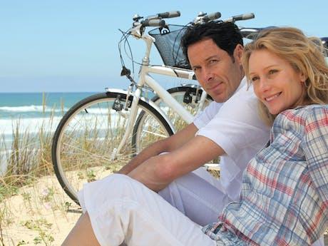 fietsen langs het strand