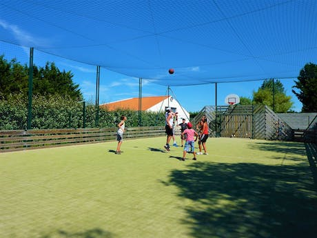 Camping Les Amiaux sportveld