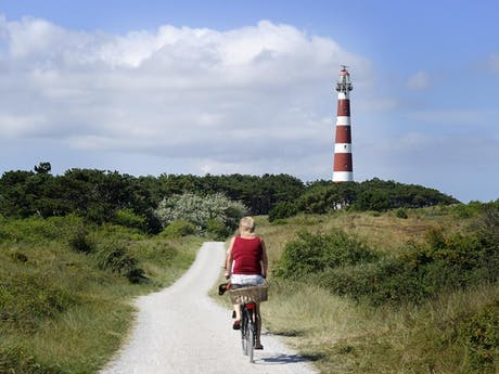 Ameland vuurtoren met fietser